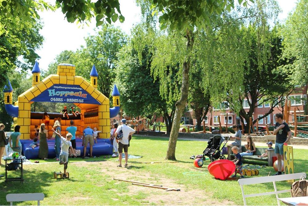 Hüpfburg Camelot mit spielenden Kindern bei einem Sommerfest