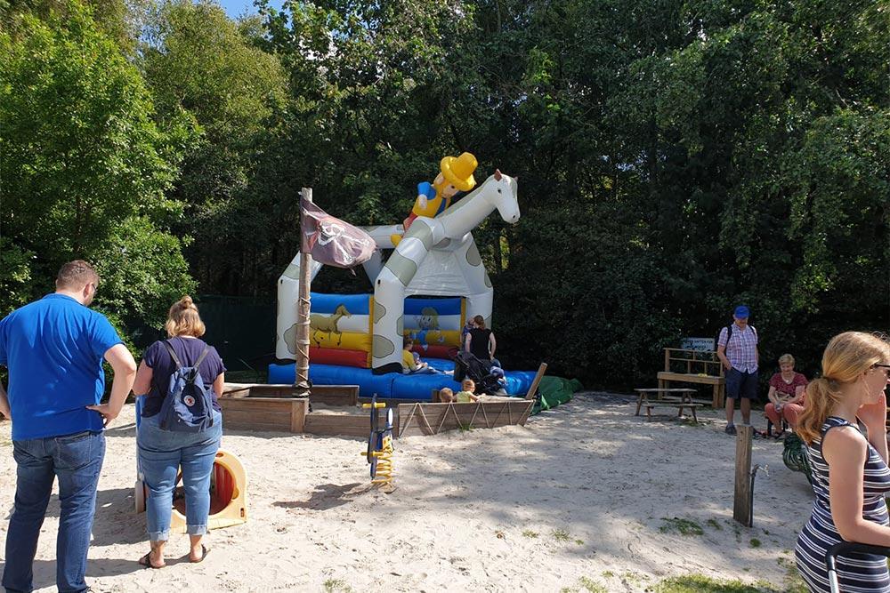 Hüpfburg Pony bei einem Kindergartenfest