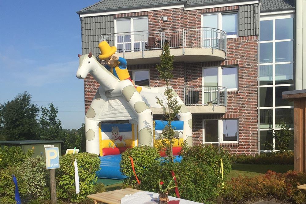 Hüpfburg Pony bei einem Sommerfest