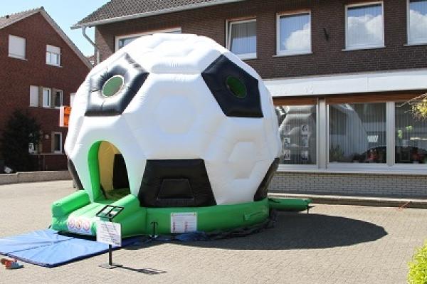 Hüpfburg Fußball Außenansicht